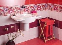 Detalle de un cuarto de baño moderno con adorno floral Imagen de archivo libre de regalías