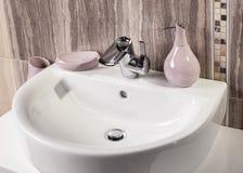 Detalle de un cuarto de baño moderno con el fregadero Foto de archivo
