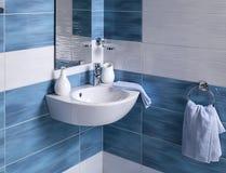 Detalle de un cuarto de baño moderno con el fregadero Fotos de archivo