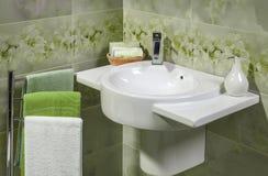 Detalle de un cuarto de baño moderno con el fregadero Imagenes de archivo