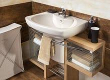 Detalle de un cuarto de baño moderno con el fregadero y los accesorios Fotos de archivo