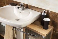 Detalle de un cuarto de baño moderno con el fregadero y los accesorios Imagen de archivo libre de regalías