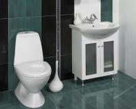 Detalle de un cuarto de baño moderno con el fregadero y los accesorios Foto de archivo libre de regalías