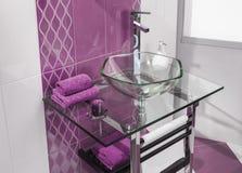 Detalle de un cuarto de baño moderno con los accesorios lujosos Imagen de archivo