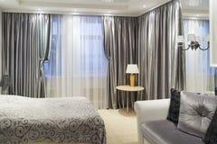 Detalle de un dormitorio con la cama Fotografía de archivo