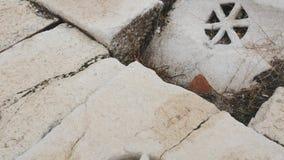 Detalle de un dren del agua en griego ciudad del griego clásico almacen de video
