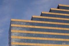 Detalle de un edificio con una escalera tejado-formada imagen de archivo