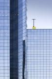 Detalle de un edificio de oficinas bajo un cielo azul Fotografía de archivo