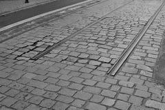 Detalle de un extremo de vías entre el camino cobbled como símbolo de la estación terminal Imagen de archivo libre de regalías