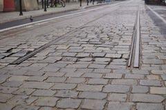 Detalle de un extremo de vías entre el camino cobbled como símbolo de la estación terminal Imágenes de archivo libres de regalías