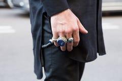 Detalle de un hombre de moda en la semana de la moda del ` s de Milan Men Imágenes de archivo libres de regalías