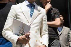 Detalle de un hombre de moda en la semana de la moda del ` s de Milan Men Imagenes de archivo