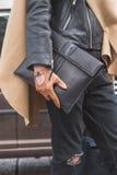 Detalle de un hombre fuera del edificio del desfile de moda de Gucci para Milan Wo Fotografía de archivo libre de regalías