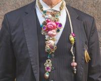 Detalle de un hombre fuera del edificio del desfile de moda de Trussardi en Milán Foto de archivo libre de regalías
