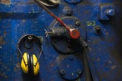 Detalle de un martillo eléctrico en una fragua imagen de archivo