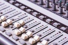 Detalle de un mezclador de sonidos Fotos de archivo