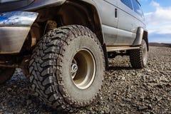 Detalle de un neumático campo a través negro en un vehículo campo a través del camión, construido para los paseos pesados fotos de archivo