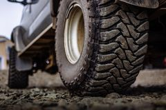Detalle de un neumático campo a través negro en un vehículo campo a través del camión, construido para los paseos pesados imágenes de archivo libres de regalías