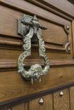 Detalle de un nudo tallado puerta vieja fotografía de archivo