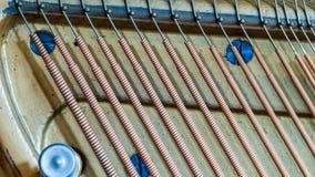 Detalle de un piano vertical Imagen de archivo libre de regalías