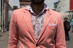 Detalle de un posig de moda del hombre durante el Wee de la moda de Milan Men Imagen de archivo