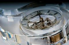 Detalle de un reloj en un bloque de cristal Foto de archivo libre de regalías