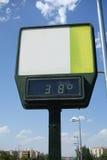 Detalle de un termómetro de la calle que muestra temperatura alta Fotos de archivo libres de regalías