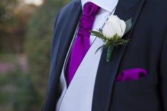 Detalle de un traje del novio con una rosa blanca fotografía de archivo