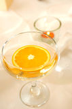 Detalle de un vidrio con una rebanada de naranja Imagenes de archivo