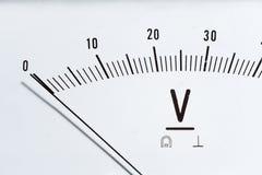 Detalle de un voltímetro análogo, escala del indicador imagen de archivo libre de regalías