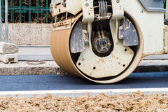 Detalle de una apisonadora de vapor que trabaja en un carril del asfalto fotos de archivo libres de regalías