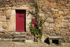 Detalle de una casa de piedra con una puerta roja en el pueblo histórico de Idanha un Velha en Portugal Imagen de archivo