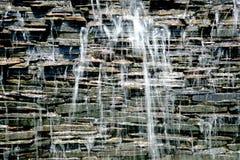 Detalle de una cascada decorativa en el jardín Imágenes de archivo libres de regalías