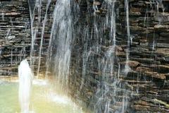 Detalle de una cascada decorativa en el jardín Foto de archivo libre de regalías