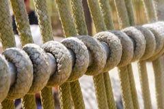Detalle de una cuerda en la cubierta de la nave imagenes de archivo