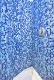Detalle de una ducha embaldosada mosaico Foto de archivo libre de regalías