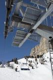 Detalle de una elevación de silla de la estación de esquí. Fotografía de archivo