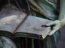 Detalle de una estatua de piedra grave Imagen de archivo libre de regalías