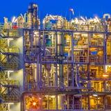 Detalle de una fábrica de productos químicos en crepúsculo imagen de archivo