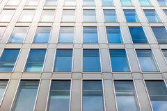 Detalle de una fachada de un edificio de oficinas moderno Foto de archivo libre de regalías