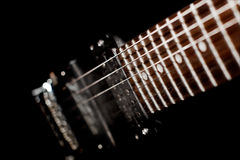 Detalle de una guitarra eléctrica en un fondo negro Imagen de archivo libre de regalías
