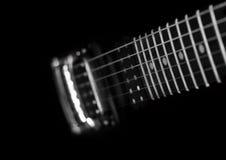 Detalle de una guitarra eléctrica en un fondo negro Imágenes de archivo libres de regalías