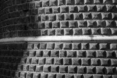 Detalle de una línea blanca geométrica de la pared del sillar en Milán Fotografía de archivo libre de regalías