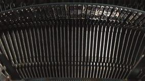 Detalle de una máquina de escribir vieja, máquina de los años 30 La luz de la oscuridad va al detalle de la máquina de escribir almacen de video