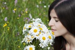 Detalle de una muchacha hermosa con las flores Imágenes de archivo libres de regalías