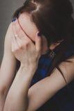 Detalle de una muchacha que oculta su cara Imagen de archivo