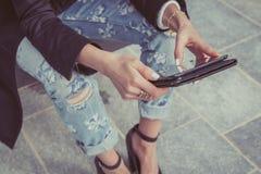 Detalle de una muchacha que trabaja con su tableta Fotos de archivo libres de regalías