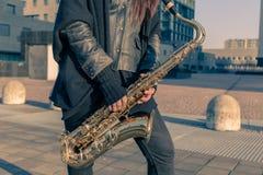 Detalle de una mujer joven con su saxofón Imagen de archivo