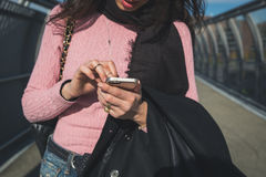 Detalle de una mujer que manda un SMS en las calles de la ciudad Imagenes de archivo