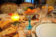 Detalle de una Navidad/de una tabla festiva del nuevo año del ` s en la luz de la vela Foto de archivo